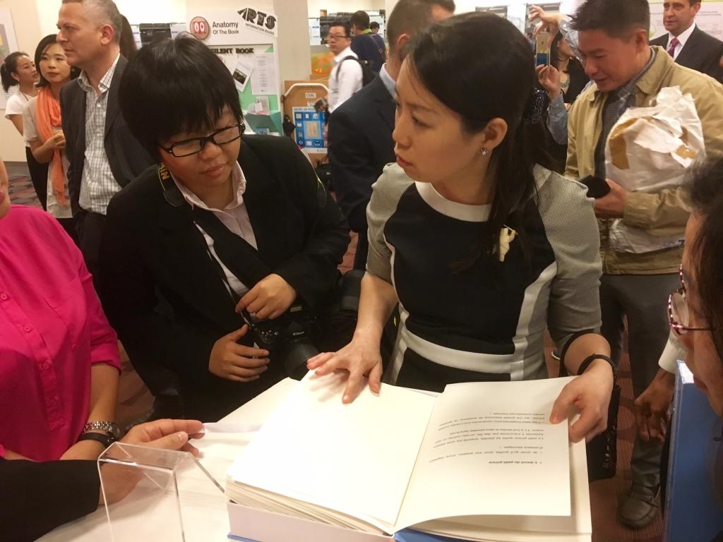 Don de livres d 39 art tactiles pour les non voyants for Chambre de commerce singapore