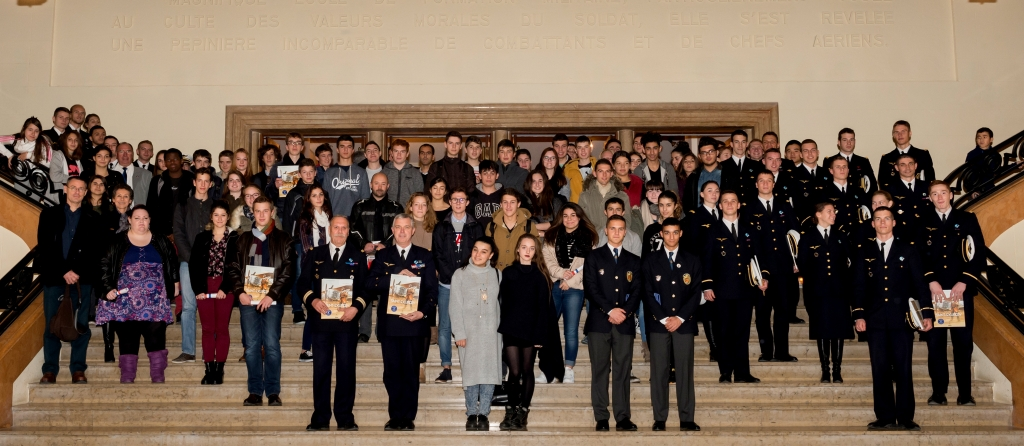 """Remise des prix Saint-Exupéry """"l'envol de la jeunesse"""". Photo de groupe réalisée le 9 décembre 2015 en salle des marbres du Bâtiment de Direction et d'Enseignement (BDE), de l'École de l'air de Salon-de-Provence."""
