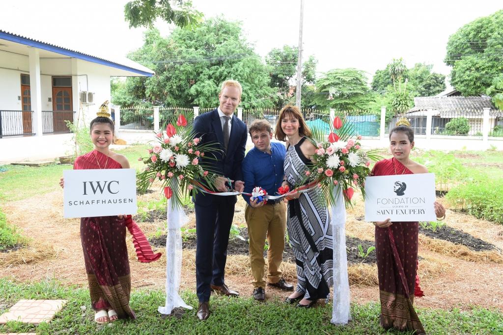 Matthieu Dupont, Directeur d'IWC Asie du Sud-Est, Simon Martin, Directeur de l'école du HCTC, et Hélène Pichon, membre du comité de parrainage de la Fondation Antoine de Saint Exupéry pour la jeunesse.