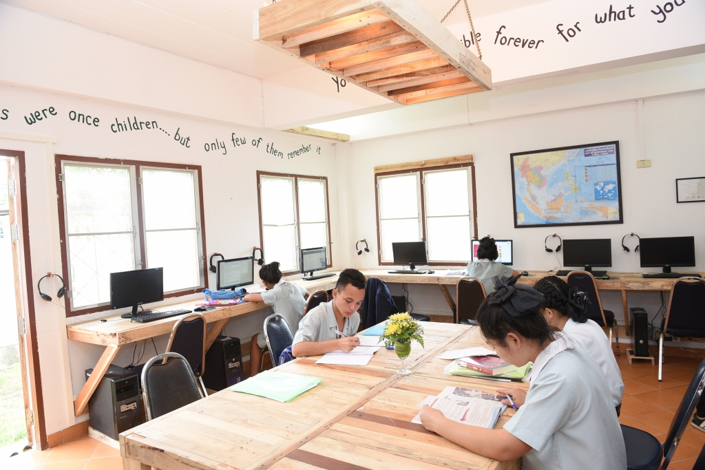 HANDOUT – Mae Sot/Thailand, 27 June, 2016: Students hard at work at the new media laboratory at the the Hospitality & Catering Training Centre (HCTC) in Mae Sot in north-west Thailand. (PHOTOPRESS/IWC)